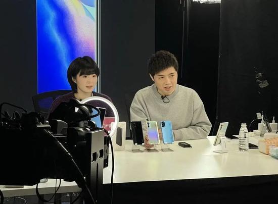 交个朋友科技创始人黄贺和主播李正直播现场
