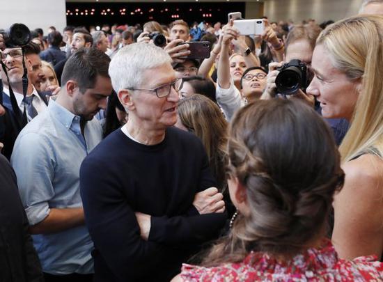 9月10日,在美国加利福尼亚州丘珀蒂诺,苹果公司首席执行官库克(前排左)与嘉宾交谈。 (新华社)