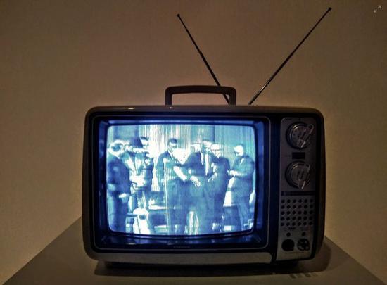 美国人一年花在看电视上的时间大约2000亿个小时