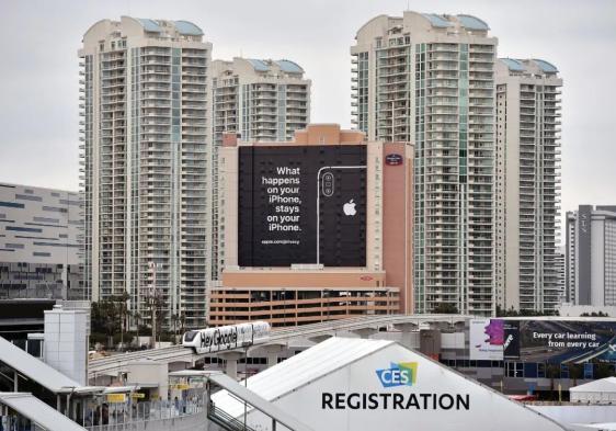 """图/视觉我国《苹果公司曾在巨幅的广告牌上打到这样的宣扬标语""""让iPhone上产生的事就留在iPhone上""""、一起还贴出了隐私政策的网址、意在宣扬自己在隐私维护层面的成就、》"""