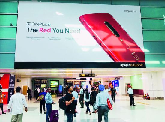 印度机场里的一加手机广告牌。来源:被访者供图