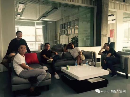 图为《流浪地球》前期团队左起美术总监郜昂、概念设计总监张勃、视效总监丁燕来、制片人龚格尔、副导演周易
