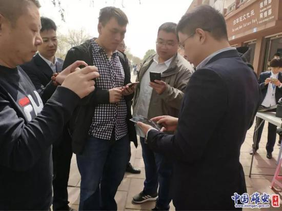 游客纷纷上前了解5G手机。雄安移动供图