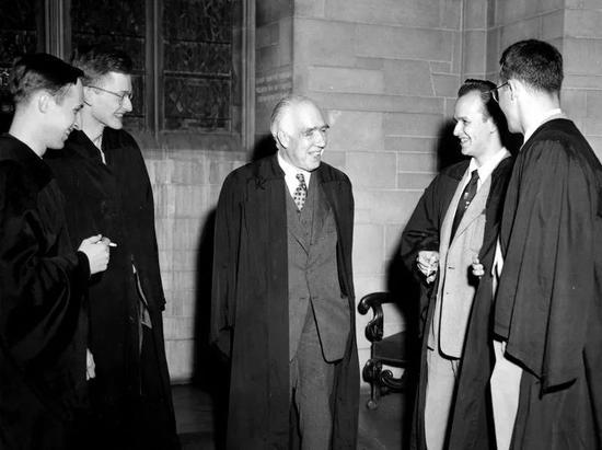 休·埃弗里特(右二)创立了多世界理论。(图上从左至右分别为:查尔斯·米斯纳(Charles Misner)、黑尔·特罗特(Hale Trotter)、尼尔斯·玻尔和大卫·哈里森(David Harrison))