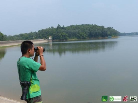 研究人员在宣汉湖观测。