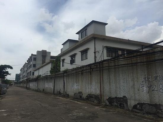 陈旧的厂房与围墙