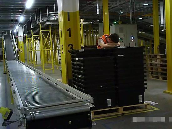 ▲精疲力竭的亚马逊仓库员工