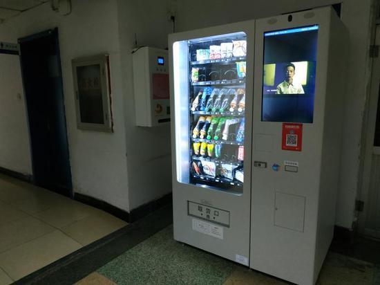 ▲在中国传媒大私塾医院,一台主动售卖机最底部,摆放着几盒艾滋病尿液检测包(摄影/何从)