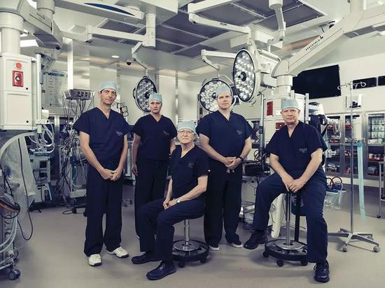 △左起:临床实验领导人Giuliano Testa、外科医生Liza Johannesson、妇产专家Robert T.Gunby Jr。、移植外科医生Gregory J。 McKenna、妇科肿瘤医生E。 Colin Koon