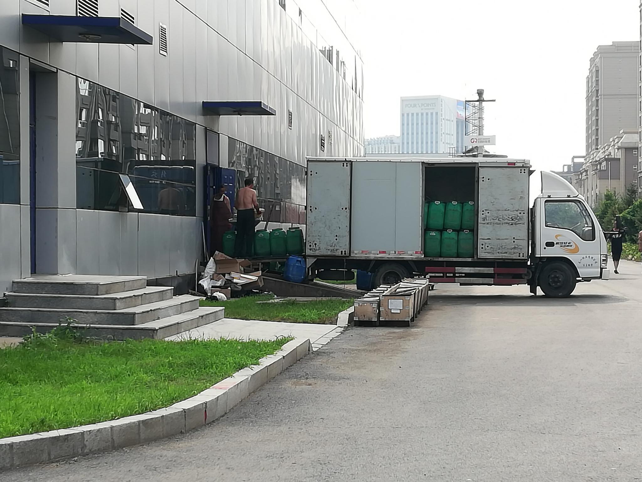 2018年7月21日,几位长生生物员工在清理厂房内的废弃物。摄影/新京报记者 李云琦