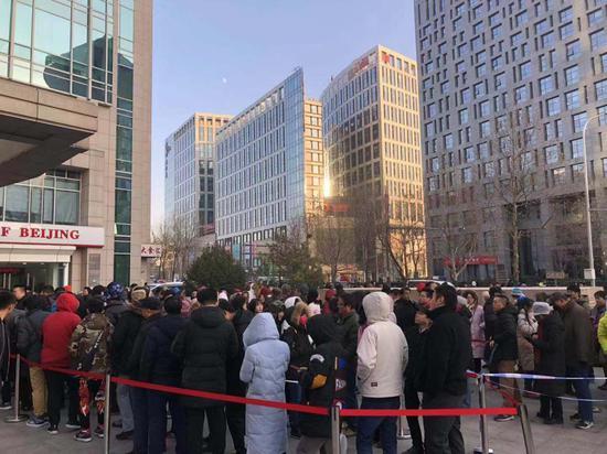 用户在幼黄车总部现场办理退押金手续 新京报记者陈维城摄