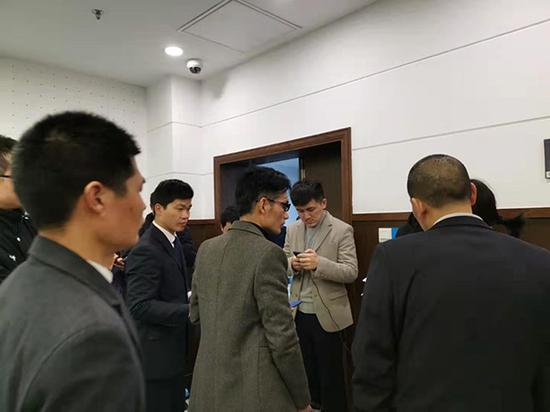 3月8日,长沙市天心区法院京东被诈骗案休庭中,京东公司工作人员紧盯手机,接收被告人的退赃。