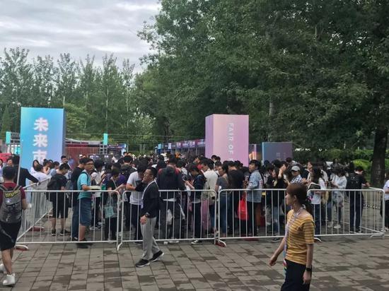 粉絲們為了劉慈欣的簽售早早排起了長隊,人群中大部分是年輕人。攝影:李佳