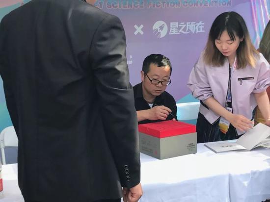 劉慈欣在簽售現場,簽名最多的作品還是《三體》。攝影:李佳