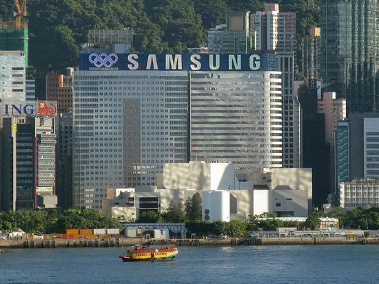 三星廣告懸掛在香港維多利亞港,攝于2008年。/Baycrest