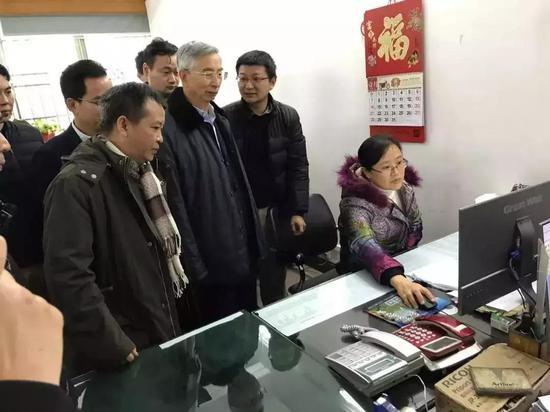 (图为倪光南院士参观广东云浮市的国产信息化应用,国内操作系统的问题很多就是在这些试点城市中得到暴露和解决的)