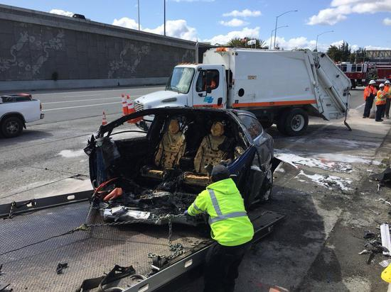一辆特斯拉在车祸后引发火灾