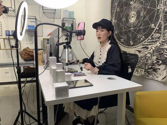 ▲主播薯条正在直播。新京报记者 程平 摄