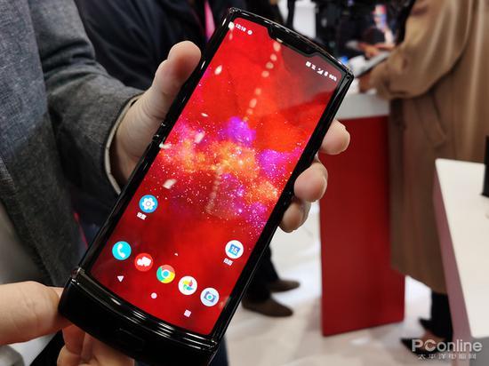 摩托罗拉发布折叠屏手机Razr