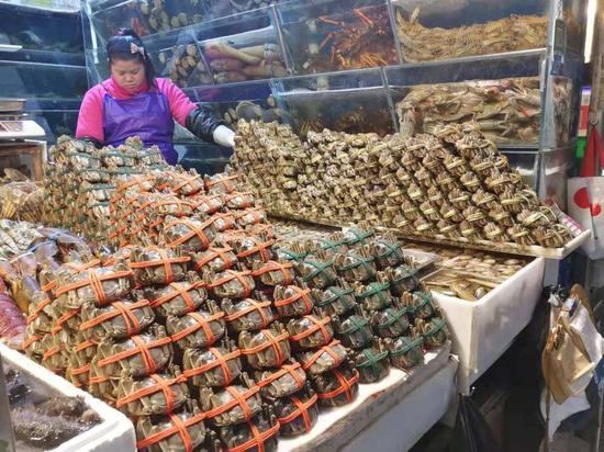 三源里菜市场的水产摊位,虎嗅摄影
