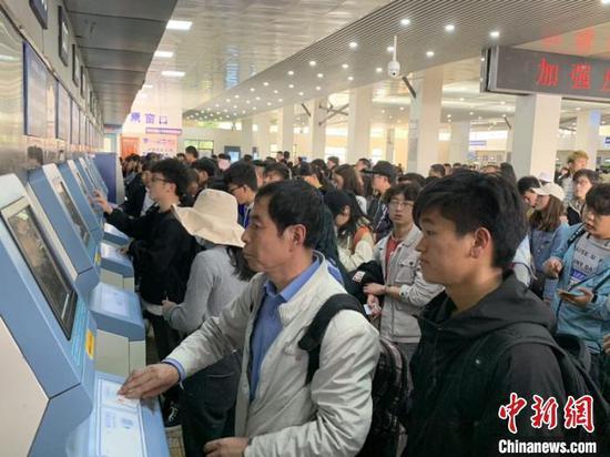 乘客在列队购票。