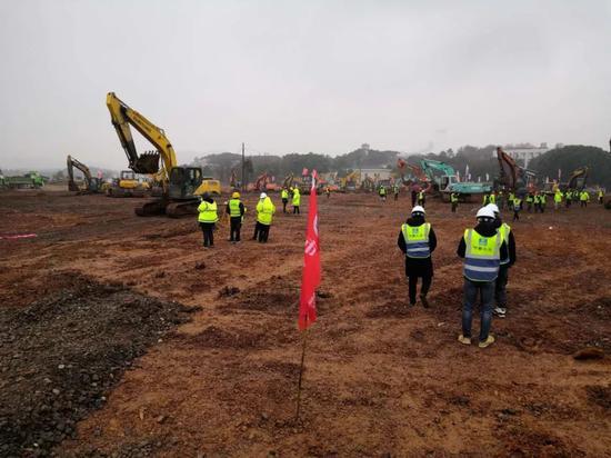 1月24日,武汉蔡甸知音湖畔的火神山医院建设工地现场。