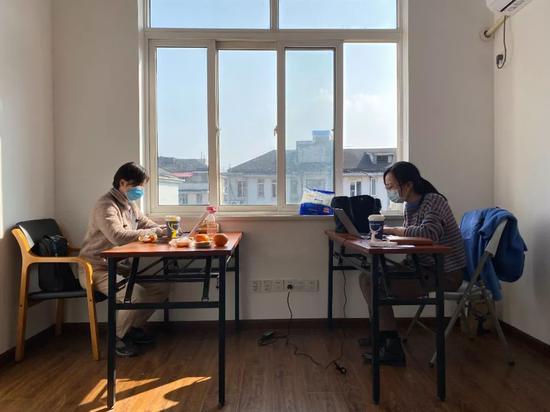 浙江省大数据局办公现场,工作人员正在后台关注平台运行情况,完成数据建模等工作。吴帅帅/摄