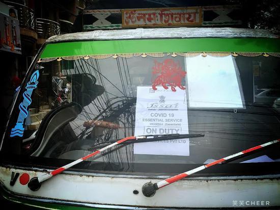 贴上政府认证告示、用于运输必需物资的小车,图片来源:武笑吟
