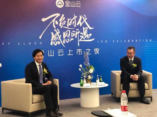 金山云上市当天,金山云董事长雷军、金山云 CEO 王育林(右)接受 36 氪等媒体采访。图片拍摄:苏建勋