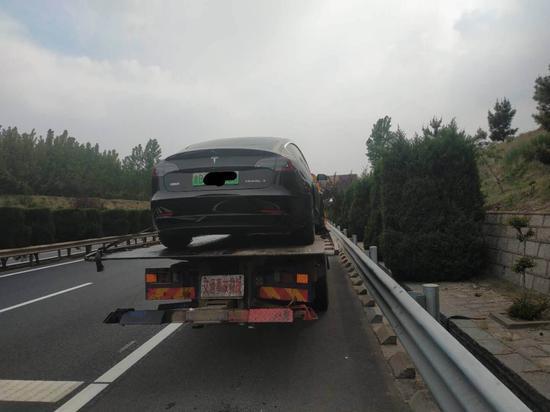 ▲林琳的汽车在高速公路上失去动力