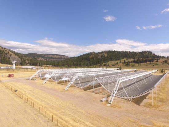 """圖1:CHIME望遠鏡臺址。這些與傳統意義上的望遠鏡截然不同的""""鐵架子""""其實是CHIME的天線,圖片來源:http://chime.phas.ubc.ca"""