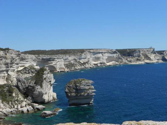 地中海与海边的石灰岩(沉积岩)海岸