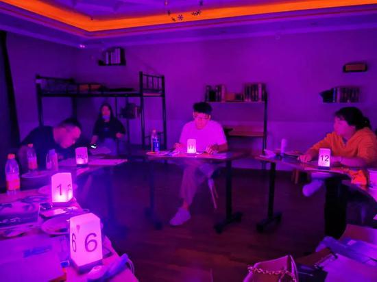 玩家在进行剧本杀游戏  (图片来源:受访者提供)