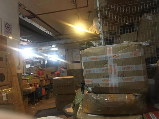 普陀区一处百世快递网点堆满了包裹