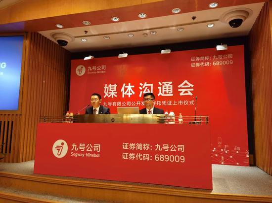 王野(左)、高禄峰(右)批准创业邦等媒体采访