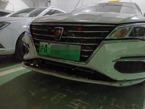 汽车车头保险杠已经破裂,图源:IT时报