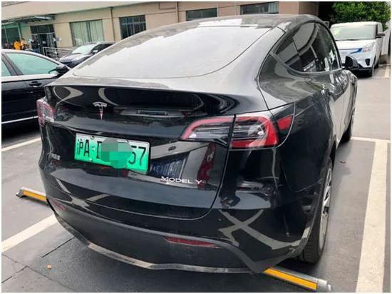 记者现场拍摄,4月8日,三分所停车场停放的一辆已经上了上海绿牌的特斯拉国产Model Y车型