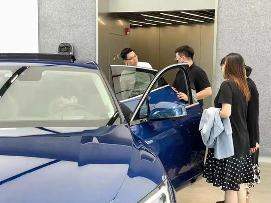 ▲消费者在华为深圳旗舰店内看车