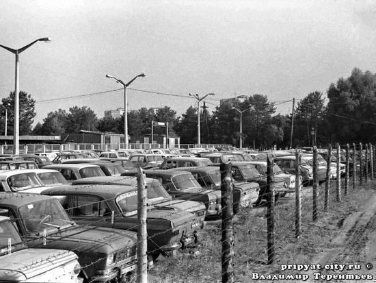 ▲ 受辐射污染的汽车停放在了城市的边缘