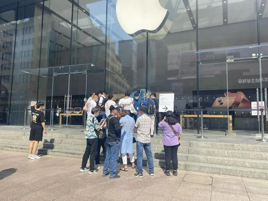早上9:30,苹果上海南京东路旗舰店排队人并不多,倒是有形形色色的黄牛