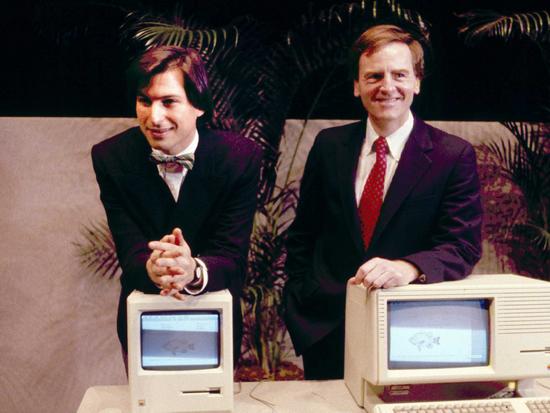 约翰·斯卡利(右)是乔布斯亲自找来的 CEO,他此前是百事公司总裁,被乔布斯一句'你是想卖一辈子糖水,还是跟我一起改变世界'说服。