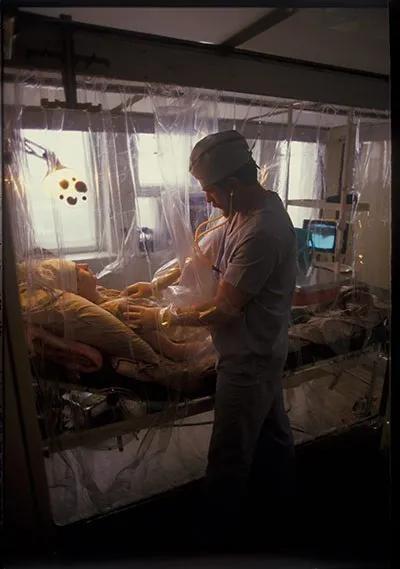 ▲意外发生后,马上有203人立即被送往医院治疗,其中31人死亡,当中有28人死于过量的辐射。死亡的人大部分是消防队员和救护员,2005年9月,联合国、国际原子能机构、世界卫生组织、联合国开发计划署、乌克兰和白俄罗斯政府以及切尔诺贝利论坛等其他联合国团体,一起合作完成了一份关于核事故的总体报告。报告指出事件死亡人数可达4000人,包括了死于核辐射的47名救灾人员,和九名死于甲状腺癌症的儿童。