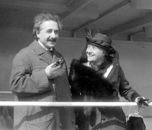 1921年,喜欢因斯坦与他的第二个妻子艾尔莎(来源:wiki)