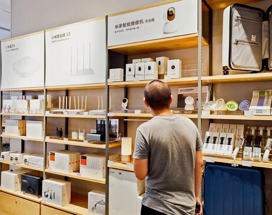 幼米门店内,货架上的商品只有手机、电视、路由器、智能音箱等幼批单品由幼米设计和生产。