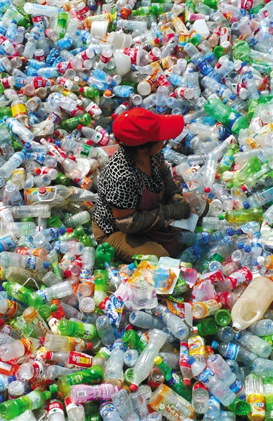 回收站内工人在分拣各种塑料瓶。