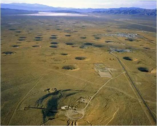在内华达州丝兰平地上由于地下爆炸实验留下的弹坑,展现了冷战时期美国的核试验手段。图片来源:洛斯阿拉莫斯国家实验室/ Science Source