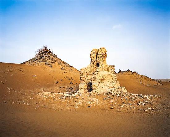 尼雅遗址群的古佛塔| 一千众年的风沙吹拂,荼毒了古佛塔的外面。摄影师@李学亮