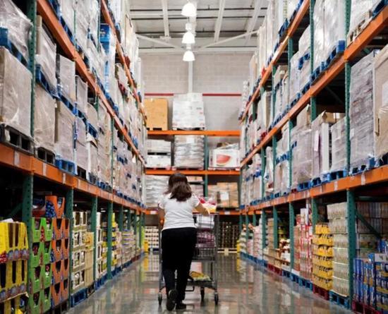 Costco 超市,上面是货架,下面是零售架