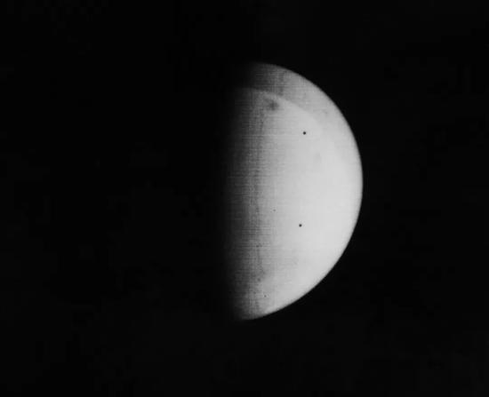 1971年11月11日,水手9号拍摄的火星。上方的黑斑是火星最高峰奥林帕斯火山 | NASA/JPL