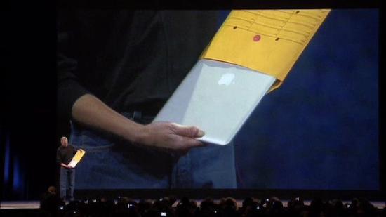 喬布斯從牛皮紙袋里拿出MacBookAir的驚艷場景(引自蘋果)